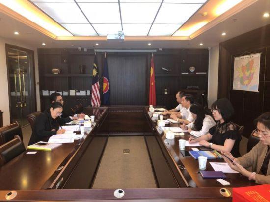 与马来西亚领事馆副领事艾里·库尼亚万会谈