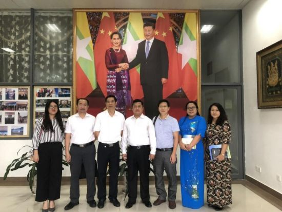 与缅甸领事馆总领事梭岱南合影