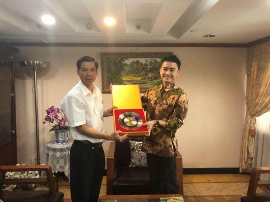 与印尼领事馆副领事法觅合影