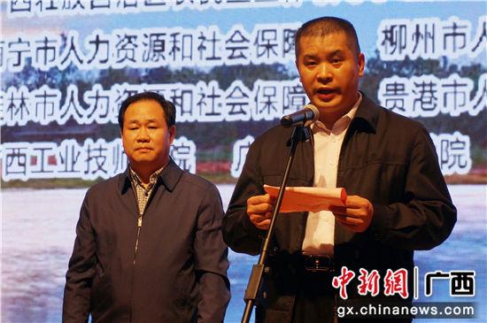 DSC07340 自治区人力资源社会保障厅党组副书记、副厅长、巡视员潘志金(前一)闭幕发言。