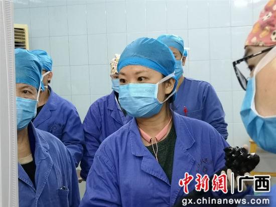 医务人员正在手术。