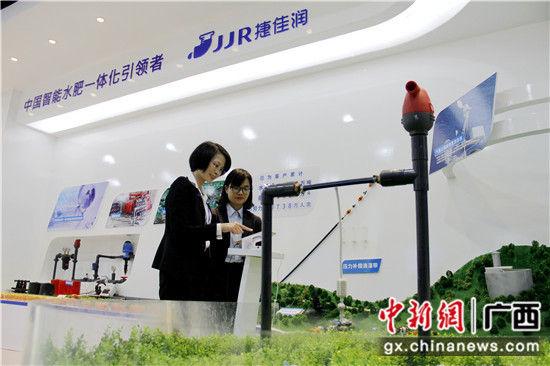邮储银行南宁市分行信贷客户经理在广西某民营农业科技企业作贷后调查。