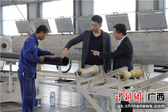 邮储银行南宁市分行信贷客户经理在南宁某民营管道企业作贷后调查。