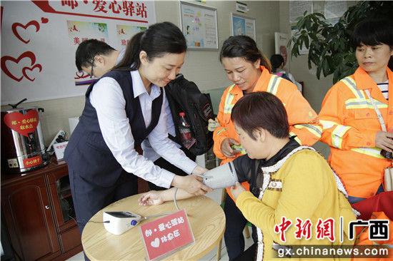 """环卫工人代表体验""""爱心驿站""""测量血压服务"""