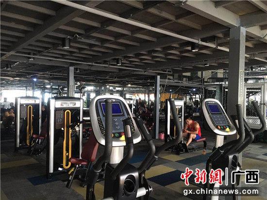 图为南宁市社区全民健身活动中心内部配置。