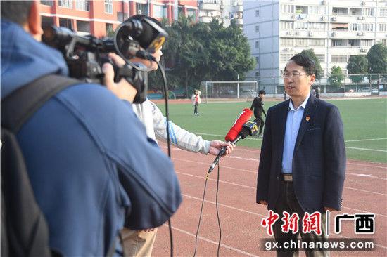 图二为广西工业职业技术学院党委书记韩志刚接受媒体采访