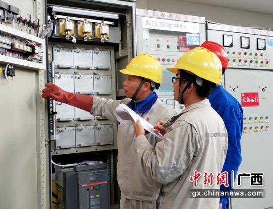 图为工作人员检查电厂设备。林涛 摄
