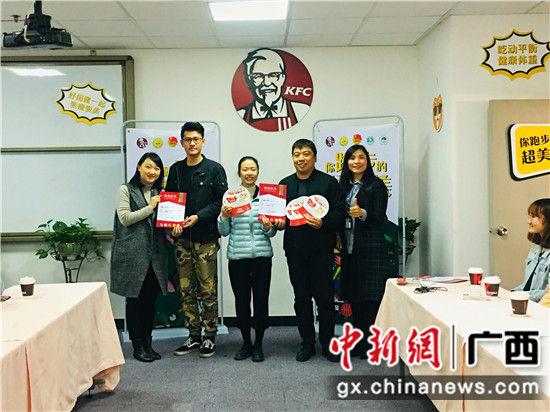 获得一等奖的桂林医学院钟敏琪(右二)同学接过奖品与奖状