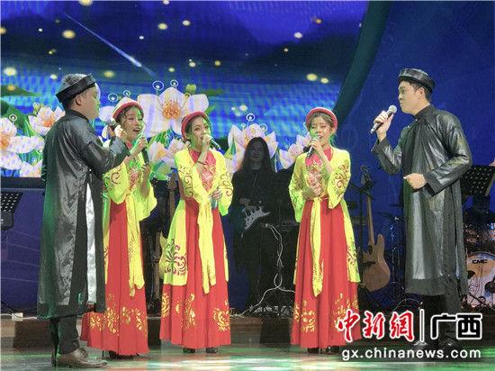 图为越南组合演绎歌曲。 廖敏佳 摄