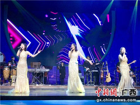 图为中国组合演绎歌曲。 廖敏佳 摄