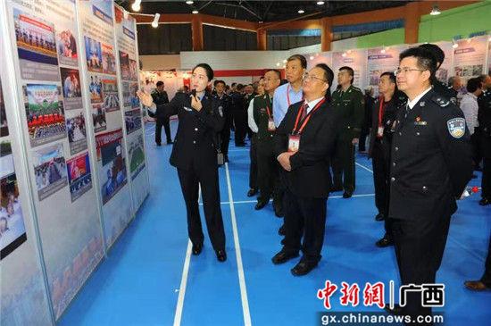 图为领导嘉宾参观广西监狱工作成果展。