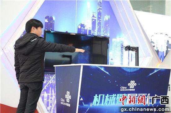 图为智能机械臂和工作人员比赛划拳。