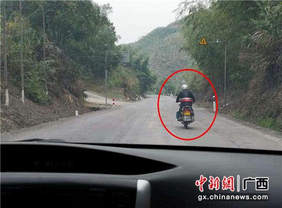 图为嫌疑人骑摩托车前往购买毒品。警方供图