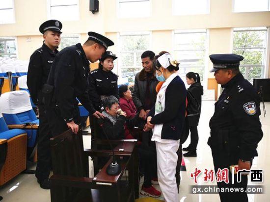 图为医护人员对被告人进行急救。