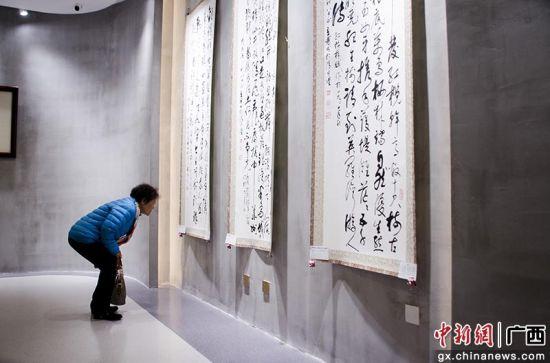 广西书法家老市长举办书画展 百米长卷展激情