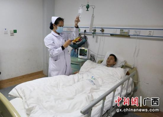 图为莫旺华接受治疗。林浩 摄