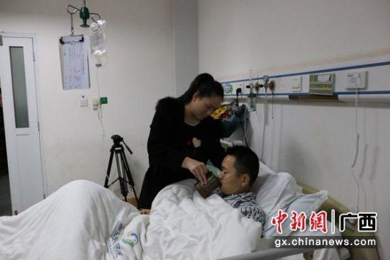 图为莫旺华与妻子在一起。林浩 摄
