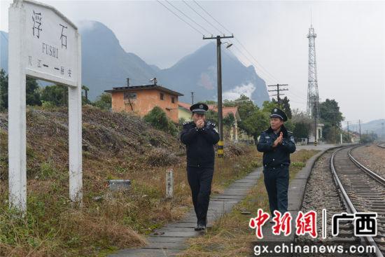 彭文凭与辅警吴佩忠检查站区。