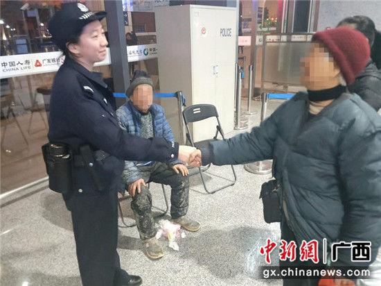 老人家属对民警表示感谢。