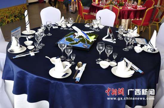图为参赛选手的中餐主题摆台作品
