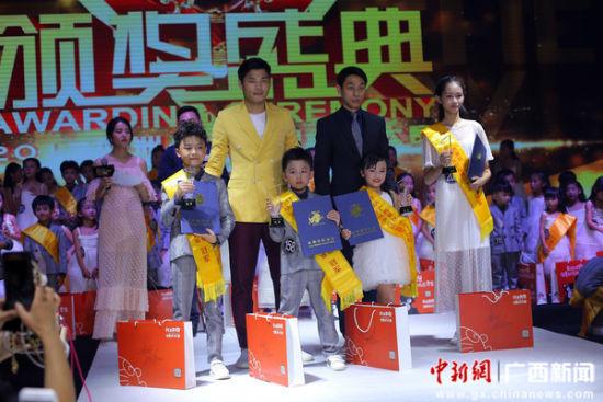 比赛分少儿组,少年组进行,全区共有3500多名少年儿童参与了t台秀的