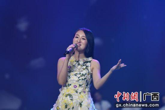 马来西亚唱将倾心演唱歌曲《梨花又开放》