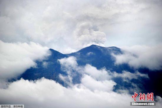 当地时间11月22日,印尼巴厘岛阿贡火山(Mount Agung)喷发。据马来西亚媒体报道称,印尼巴厘岛上的阿贡火山于当地时间11月21日傍晚爆发,喷出的火山灰高达700米,当局呼吁民众暂勿惊慌,与火山保持5至6公里的距离,并随时注意当局发布的最新消息。 【编辑:廖敏佳】