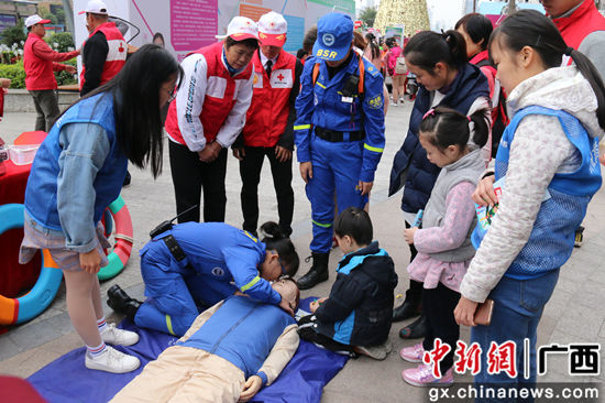 图为南宁市蓝天救援志愿者现场教授救援知识. 廖敏佳 摄