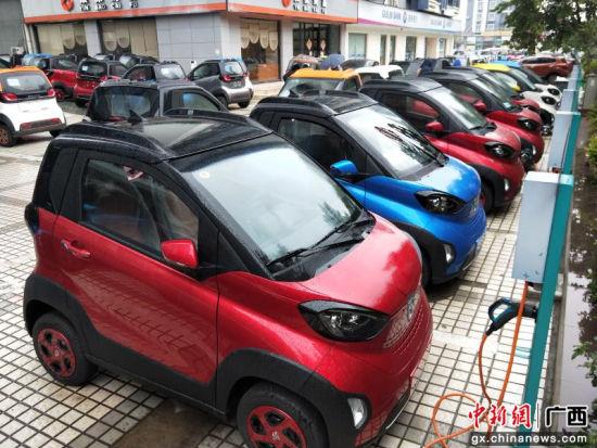 柳州新能源汽车宝骏E100受捧旺销 市民通宵排队提车上牌高清图片