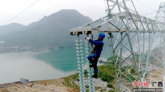 柳州供电局工作人员对输电线路进行维护.王双喜 摄