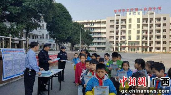 梧州龙圩警方开展普法宣传活动