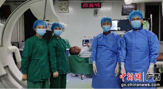 为实施第1000例心脏介入手术的南溪山医院心血管内科王新云副主任等医务人员和患者合影留念。 中新网广西新闻12月28日电(戚雅妍 谈礼武 张超群)感谢你们救了我一命,太感谢了!近日,来自桂林市的李先生在广西自治区南溪山医院接受介入手术后开心的笑了,躺在手术床上的他要求和为自己手术的医务人员合影留念。12月20日,随着南溪山医院心血管内科医师团队成功为今年的第1000例冠脉严重病变患者实施了冠脉内支架植入术,标志着该院对急性胸痛患者的综合救治能力达到了国家标准和水平,在桂林地区处于领先地位。 自2017