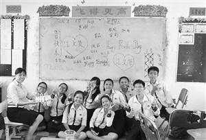 教师钟颖(左一)与学生一起为同学庆祝生日,培养学生的集体感和荣誉感。(钟