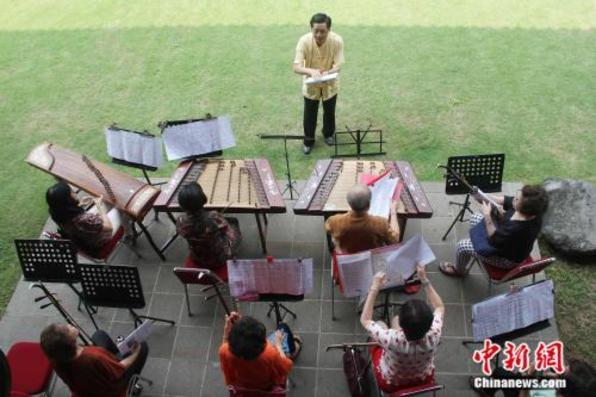 """在印尼""""玩转""""中国民族音乐的""""父女帮"""""""