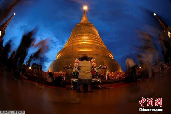 泰国各地民众庆祝卫塞节 手举蜡烛祈祷
