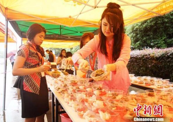 """广西桂林留学生举办""""印尼文化日"""""""