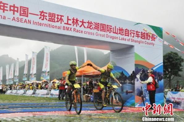 300余国内外骑手广西南宁角逐山地自行车越野赛