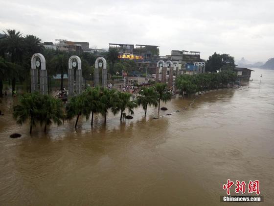 广西桂林漓江今年首次突破警戒水位