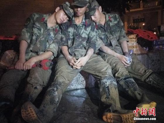洪灾后广西柳州连夜清淤 武警席地而睡