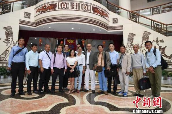 柬埔寨主流媒体记者体验广西特色民族文化
