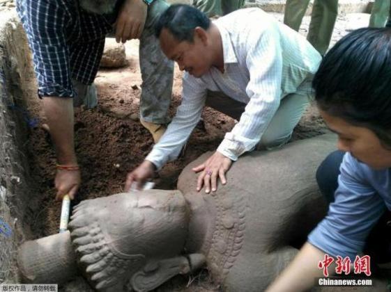 柬埔寨吴哥窟挖出700年前雕像 或为医院守护神