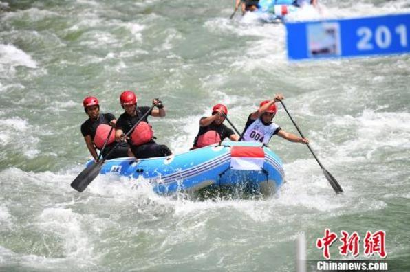 """十国选手广西桂林上演漂流版""""速度与激情"""""""