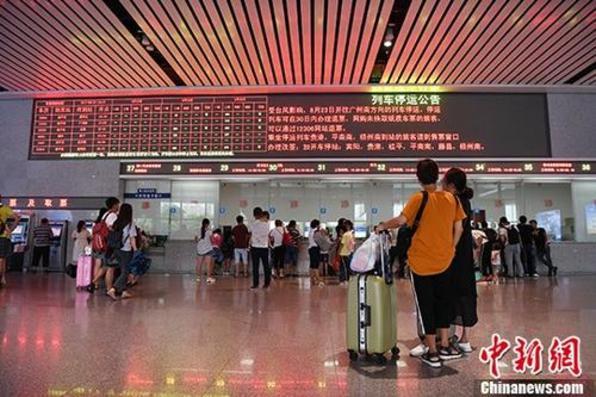 """台风""""天鸽""""致广西往广东157趟动车停运"""