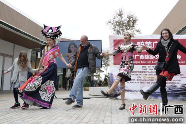 广西旅游文化登陆西班牙巴塞罗街头展现风采