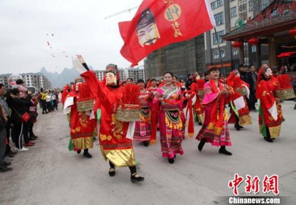广西毛南山乡庆祝成立30周年 上演特色民俗巡游