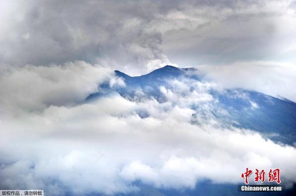 印尼阿贡火山喷发 火山灰直冲云霄