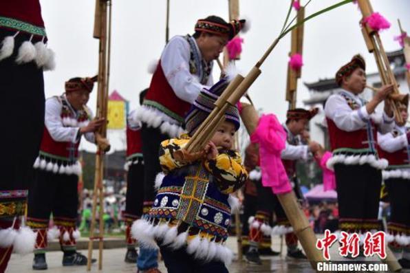 广西苗族民众吹芦笙踏踩堂祭祀祖先过苗年