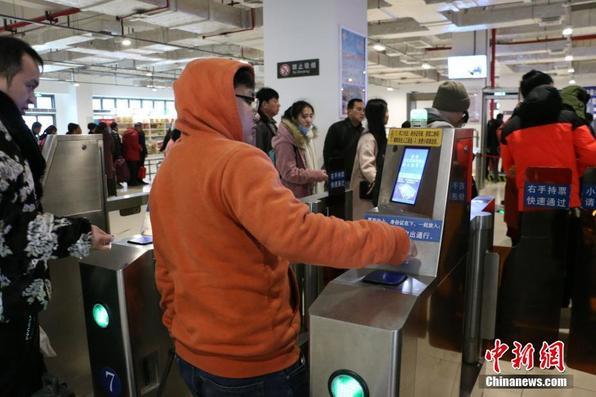 """临近春运 广西在多地火车站启用 """"刷脸""""进站"""
