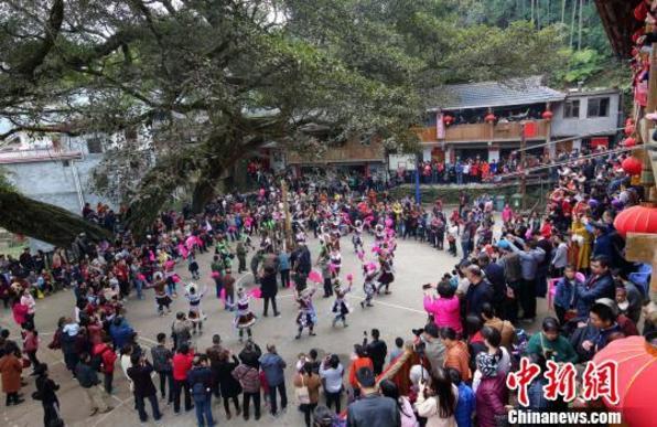 广西苗寨芦笙踩堂引游客围观