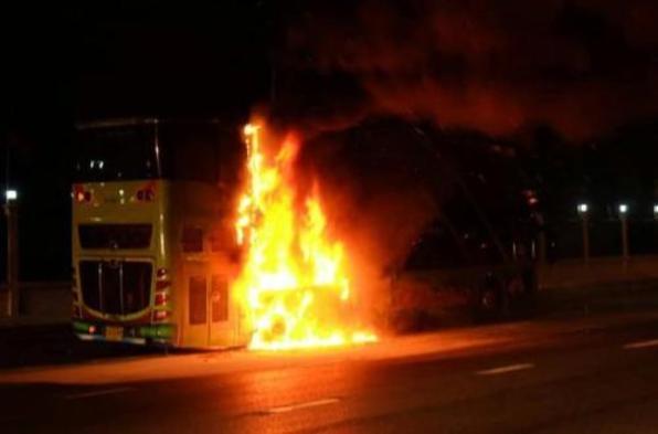 泰国一双层大巴发生爆胎起火事故 未造成人员伤亡